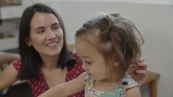 cámara lenta de pintura de niña video