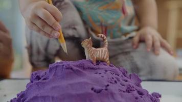 câmera lenta de modelagem de argila com gato de brinquedo