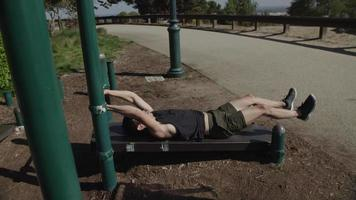 homem adulto médio fazendo levantamentos de perna