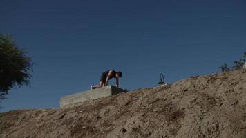 mittlerer erwachsener Mann, der Bergsteiger tut video
