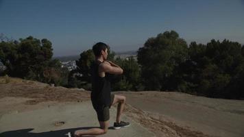 Mittlerer erwachsener Mann, der Ausfallschritte macht video