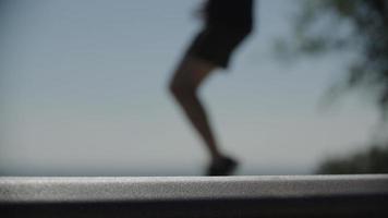 visão desfocada de homem correndo no local