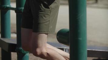 Zeitlupe des Mannes, der Klimmzüge macht, Fokus auf Füße video