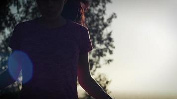 câmera lenta de mulher madura usando corda de pular