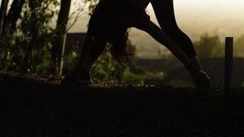 Mujer madura inclinándose hacia adelante y estirando