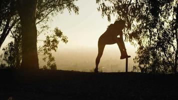 mulher madura esticando perna