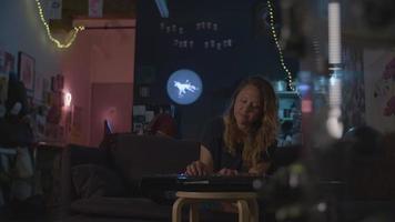 cámara lenta de mujer tocando el teclado en la noche video