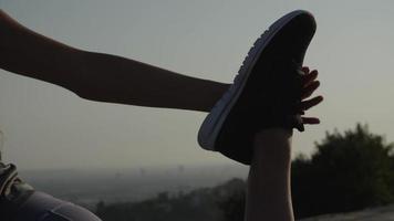 cámara lenta de mujer estirando la pierna