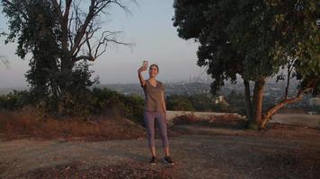 rallentatore della donna che cattura selfie sulla passeggiata video