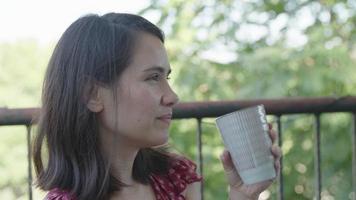 câmera lenta de uma mulher tomando café e sorrindo