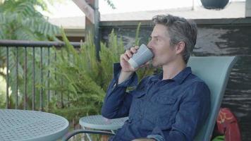 câmera lenta de um homem bebendo café
