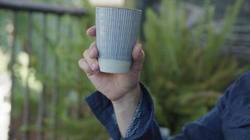 cámara lenta del hombre bebiendo una taza de café