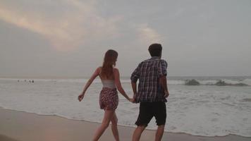 cámara lenta, de, pareja joven, manos de valor en cartera, en, playa