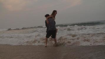 cámara lenta, de, joven, proceso de llevar, mujer, en, playa
