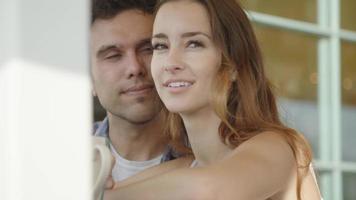 Zeitlupe des jungen Paares lächelnd video