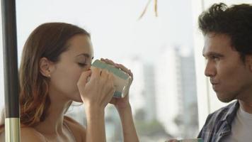 cámara lenta, de, pareja joven, tomar café