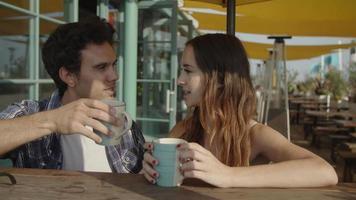 Zeitlupe des jungen Paares, das Kaffee trinkt video