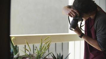 câmera lenta de jovem tirando foto com a câmera video