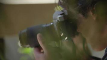 câmera lenta de jovem usando câmera video