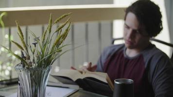 cámara lenta del libro de lectura joven