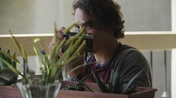 câmera lenta de jovem fotografando plantas video