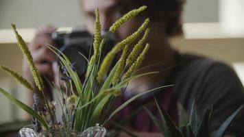 cámara lenta de joven fotografiando plantas video