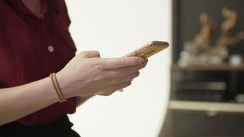 câmera lenta de mensagens de texto de mulher no telefone close-up video