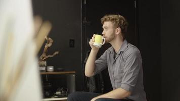 câmera lenta de homem tomando café em casa