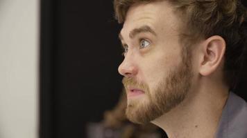 Zeitlupe des Mannes mit Bart, der Kaffee trinkt