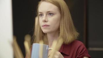 Zeitlupe der Frau, die arbeitet und Kaffee trinkt