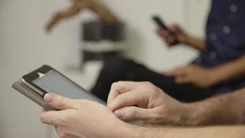 câmera lenta do homem usando tablet digital close-up video