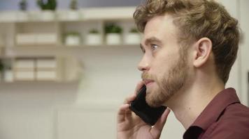 Zeitlupe des Mannes auf Telefonanruf Nahaufnahme