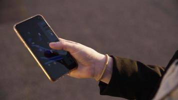 câmera lenta de mulher usando aplicativo de táxi no telefone