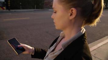 câmera lenta de mensagens de texto de mulher no telefone video