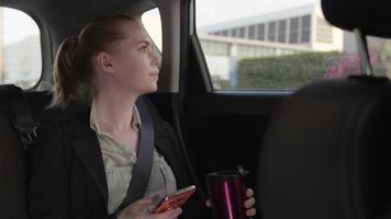 Zeitlupe der Frau im Taxi