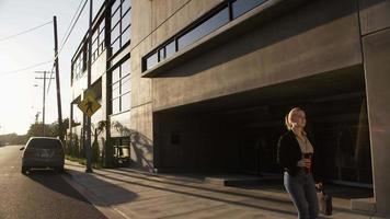 cámara lenta de empresaria caminando por el pavimento video