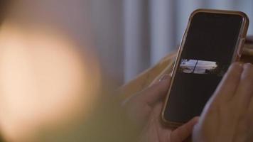 cámara lenta de mujer con teléfono