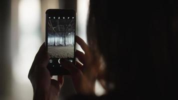 slow motion van vrouw nemen video onder pier