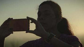 cámara lenta de mujer tomando fotos en el teléfono