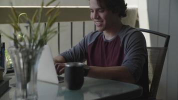 câmera lenta de jovem usando laptop em casa video