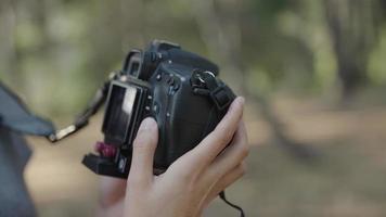 cámara lenta de mujer con cámara réflex de cerca