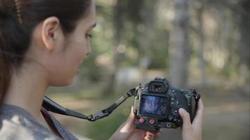 cámara lenta de mujer con cámara réflex de cerca video