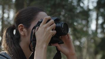 cámara lenta de mujer tomando fotos con cámara de cerca