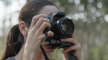 cámara lenta de mujer con cámara réflex video