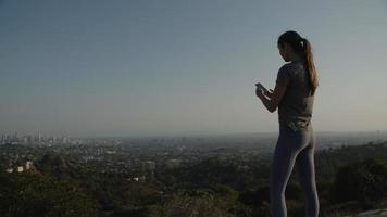 cámara lenta de mujer tomando fotos de la ciudad en el teléfono