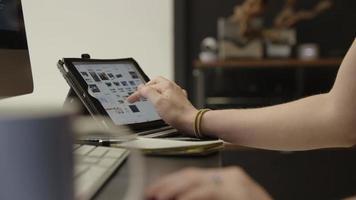 rallentatore della donna che utilizza tablet alla scrivania video