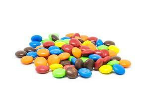 caramelos de colores sobre fondo blanco