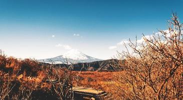 bela montanha fuji no inverno no japão foto