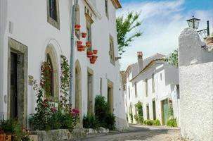 calle con edificios blancos