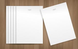 hojas de papel blanco sobre textura de madera vector